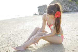 夏のケアをする女性